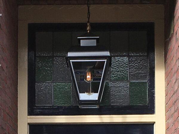 Buitenlamp in portiek bij de voordeur van een jaren 30 huis