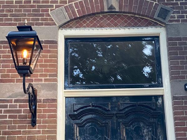 Buitenlamp na het restaureren van een klassieke woning