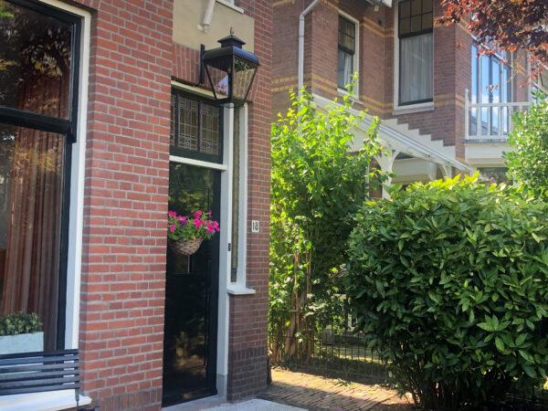 Hanglamp boven de voordeur