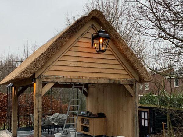 hanglamp aan houten schuur