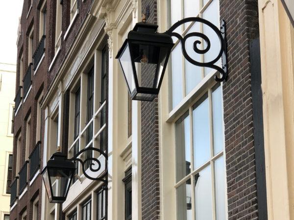 Buitenlamp aan een Amsterdam's grachtenpand