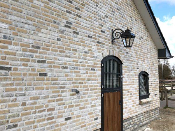 hanglamp aan schuur of bij het terras