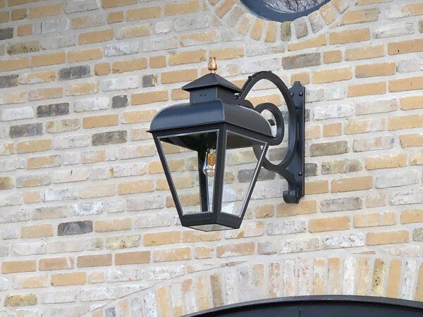 klassiek buitenlamp hangend aan muursteun