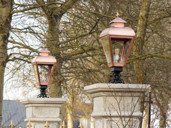 lampen op entreepoort monument