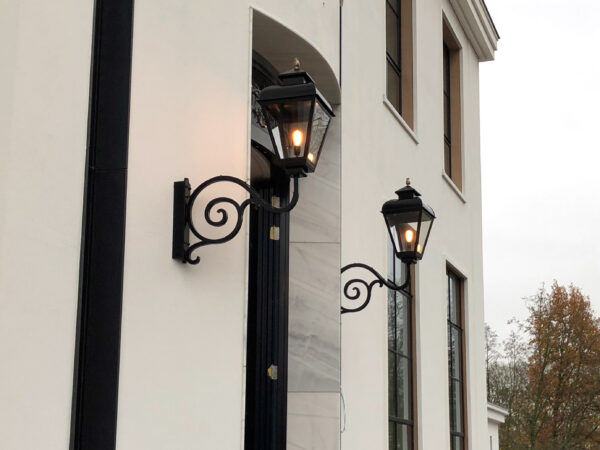 lampen bij de voordeur of entree van een landhuis