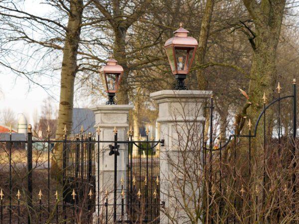 lampen op een grote poort poortverlichting