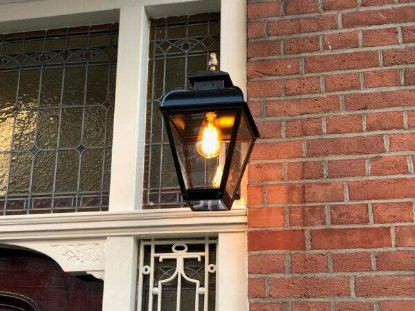 Kleine lamp klassiek hangend aan muursteun