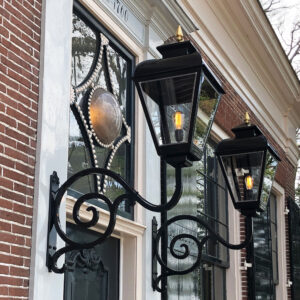 Lamp bij van entree monument op een buitenplaats