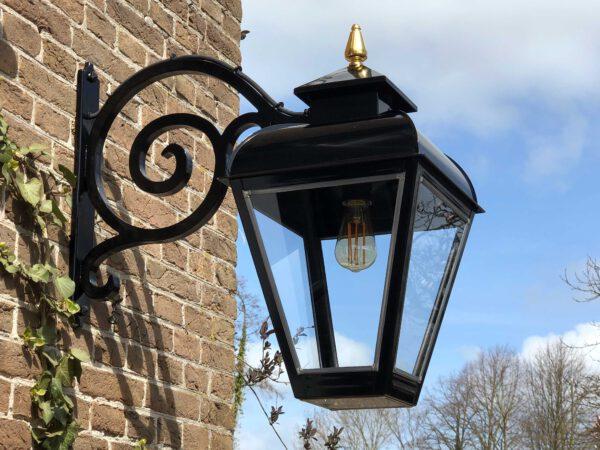 klassieke buitenlamp hangend model en authentiek