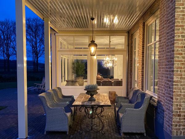 lamp aan ketting onder veranda
