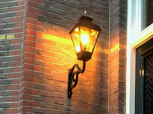 lamp klassiek op smeedijzeren muursteun