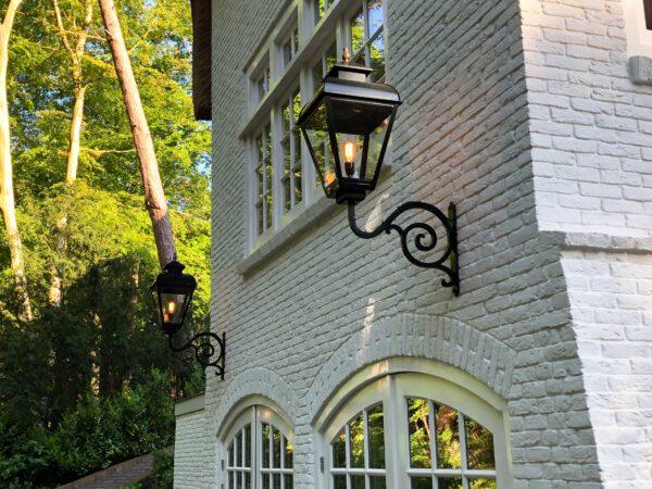 klassieke buitenlampen voor een grote woning