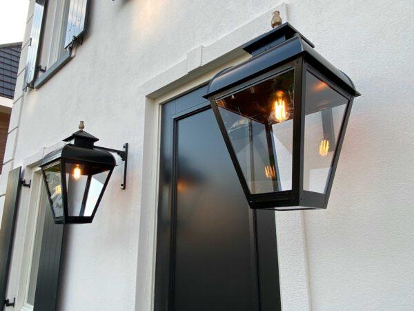 Grote buitenlampen bij de voordeur van een villa