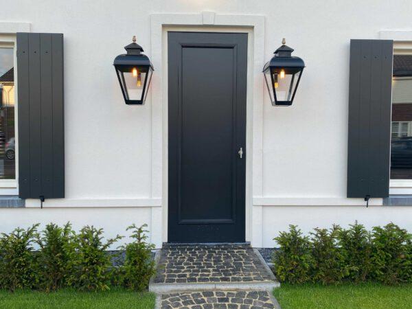 Prachtige grote lampen bij de voordeur