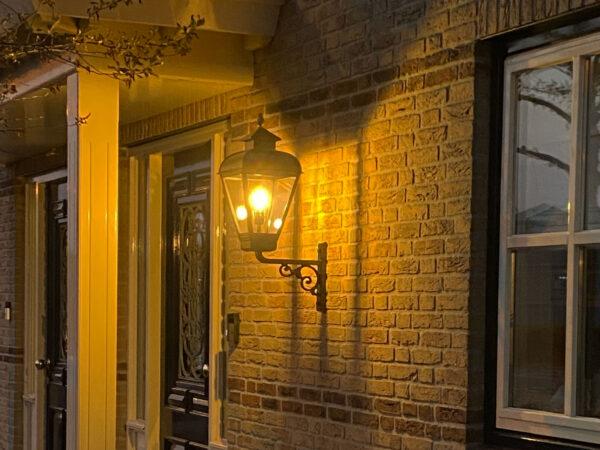 verlichting die bij de voordeur geplaatst is