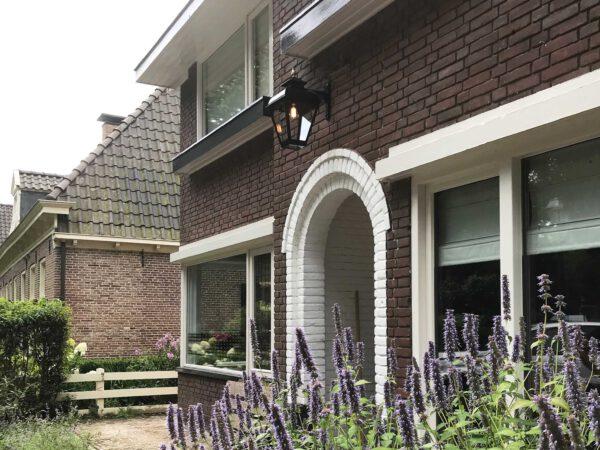 verlichting die hangt boven de voordeur