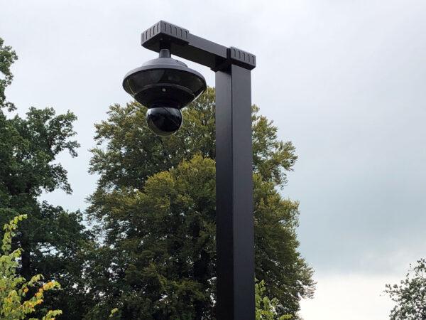 beveiligingscamera aan een stijlvolle paal